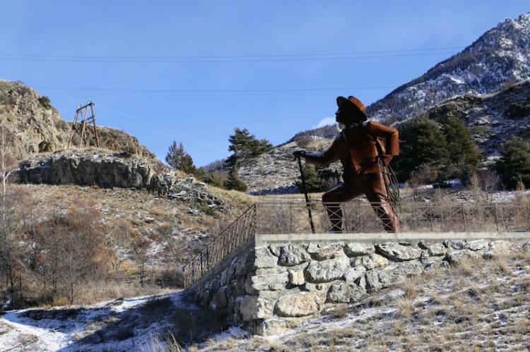 Statue de l'alpiniste britannique Edward Whymper gravissant la Barre des Ecrins