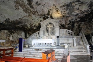Скромный алтарь грота /// A humble altar in the grotto