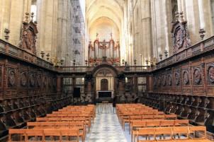 Даже ремонтные работы не портят впечатления от деревянной оправы этого нефа /// The beauty of this wooden nave can not be diminished even by the scaffold