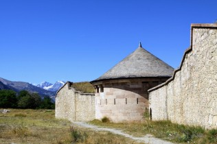 Нехлипкие каменные стены, опоясывающие Мон-Дофен /// Stone walls surrounding Mont-Dauphin are far from being flimsy