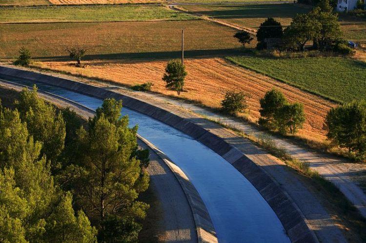 Le canal devant la station de pompage, Canal de Provence, Signes, Var (83) France