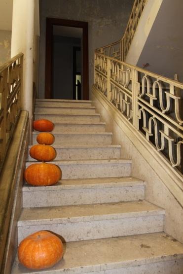 Главная лестница виллы Тысячи Роз /// The staircase of Villa Mille Roses